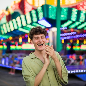 Lachender mann am funfair, der weg schaut