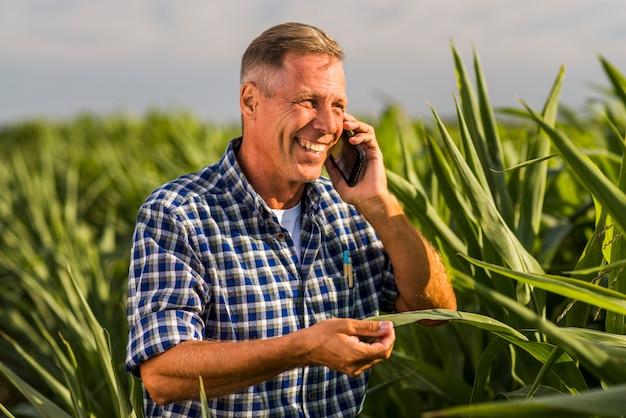Lachender mann, der am telefon spricht