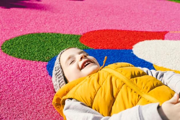 Lachendes mädchen auf gummiboden