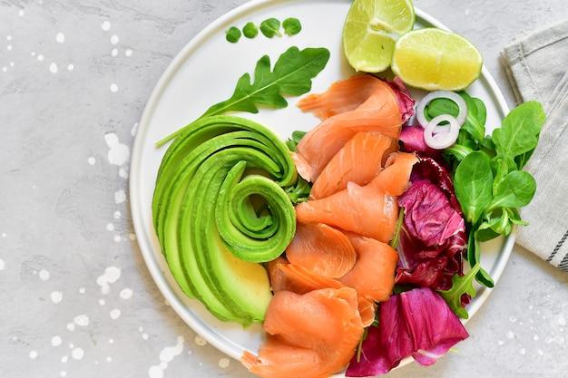 Lachs-avocado-salat mit rucola und limette. ketogene diät