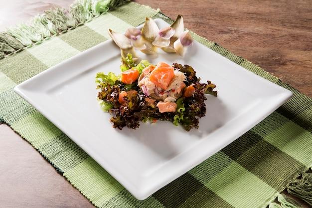 Lachs ceviche, krabben und salat mit artischocke