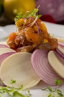 Lachs ceviche. traditionelles peruanisches gericht.