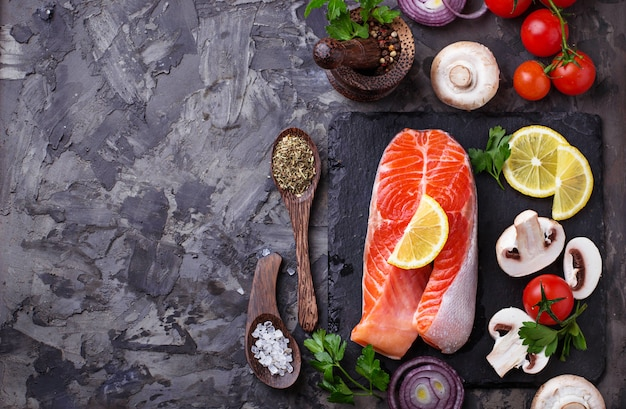 Lachs, champignons, tomaten und petersilie. ausgewogene ernährung, gesunde ernährung. selektiver fokus