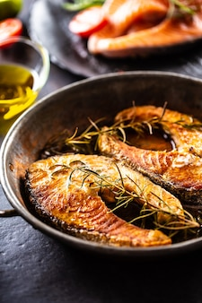 Lachs gebratene steaks rosmarin sal pfeffer olivenöl - nahaufnahme.