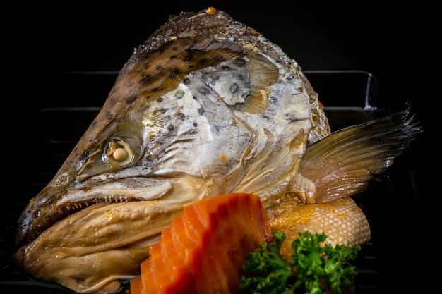 Lachs kabutoni, lachskopf mit süßer sauce, fischkopf mit sojasauce gekocht