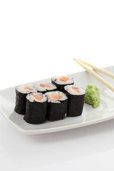 Lachs-maki-sushi mit stäbchen