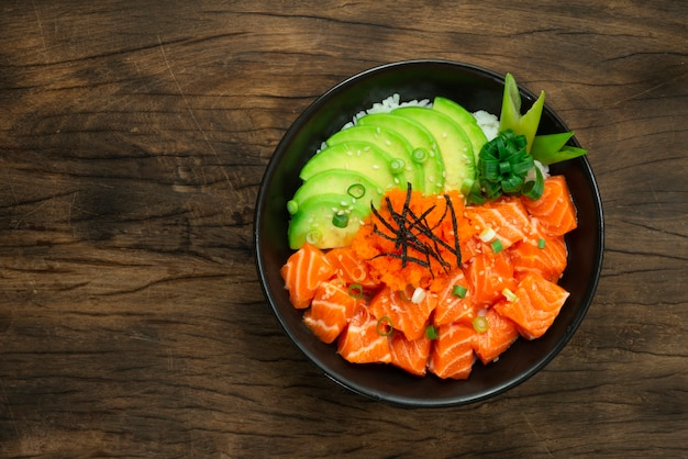 Lachs poke bowl mit avocado slice