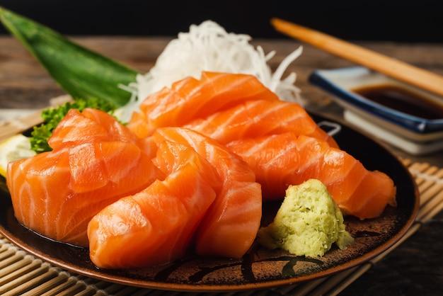 Lachs, reis und wasabi auf plante