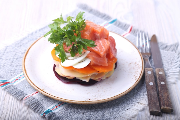 Lachs, rüben, karotten, zwiebeln, kartoffeln und eier auf einem teller