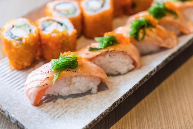 Lachs-sushi und lachs maki