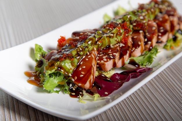 Lachs tataki japanisches essen lachsfilet. selektiver fokus