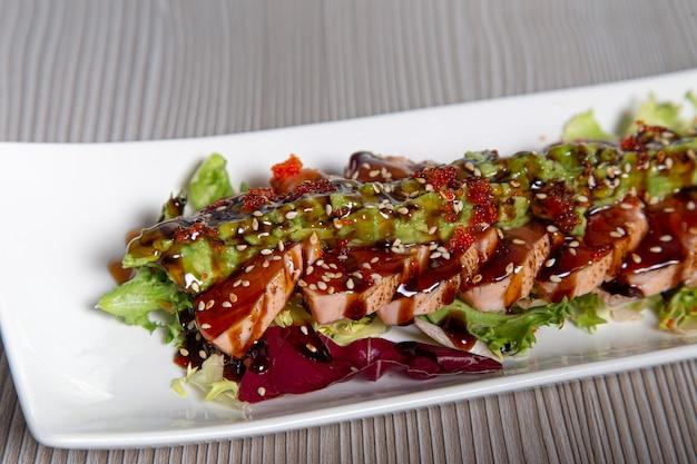 Lachs tataki japanisches essen lachsfilet.