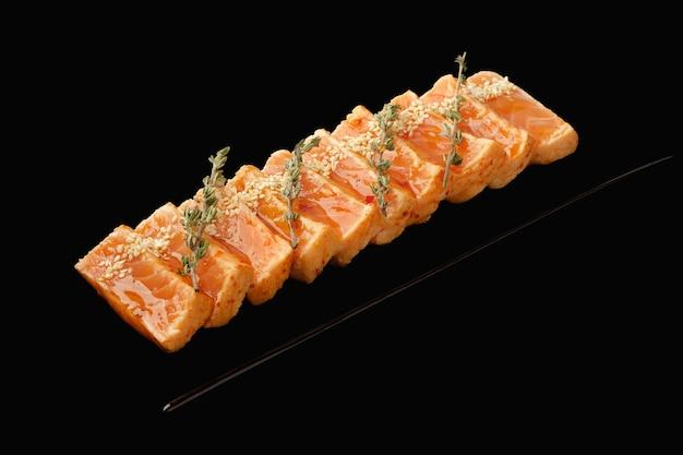 Lachs tataki medium, kimchi sauce, aroyd sauce, schnittlauch, sesam