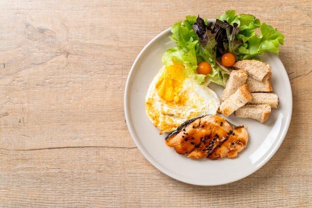 Lachs-teriyaki-steak mit spiegelei und salat