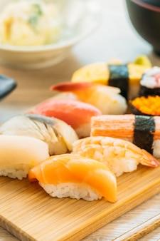 Lachs-thunfisch-muschelgarnele und andere fleischsushi-maki
