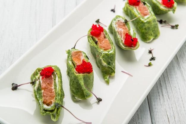 Lachsbrötchen mit käse spinat und lachs pfannkuchen