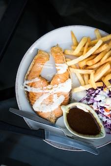 Lachse mit buntem von salatrezepten in der weißen platte für abendessen - gesundes lebensmittelkonzept.