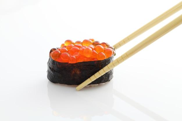 Lachsei auf sushi nigiri roll