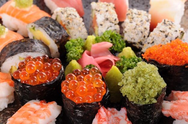 Lachseier mit verschiedenen sushiservierplatte