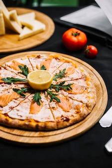 Lachspizza mit sauce rucola und zitrone
