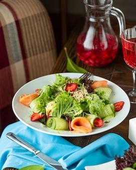 Lachssalat mit frischem gemüse und geriebenem käse