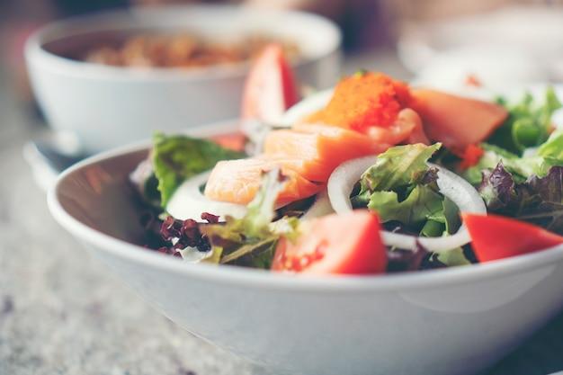 Lachssalat mit gesundem gemüse