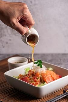 Lachssalat mit spinat, kirschtomaten, feldsalat, babyspinat, frischer minze und basilikum. hausgemachtes essen. für ein leckeres und gesundes essen.