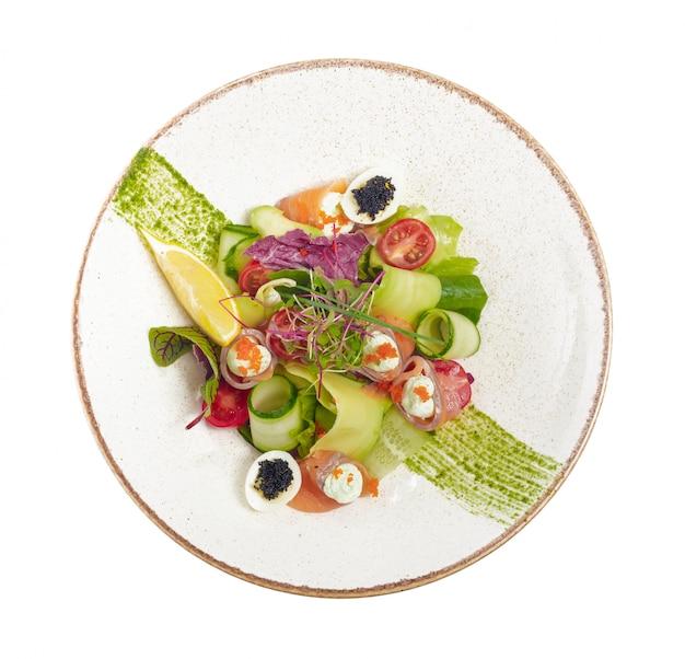 Lachssalat mit spinat, kirschtomaten, feldsalat, babyspinat, frischer minze und basilikum. hausgemachtes essen