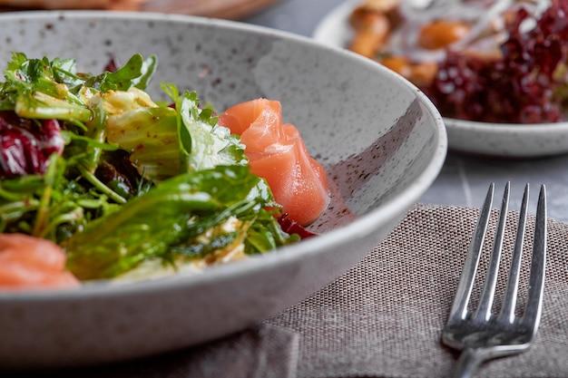 Lachssalat mit spinat, kirschtomaten, maissalat, babyspinat, frischer minze und basilikum