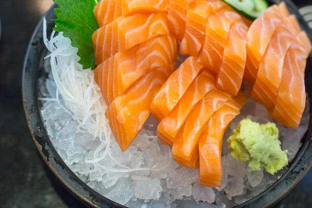 Lachssashimi frisch auf eis, japanische lebensmittelart.
