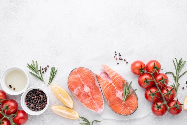 Lachsscheiben mit zitrone und tomaten