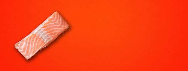 Lachssteak auf rotem hintergrund isoliert. ansicht von oben. horizontales banner