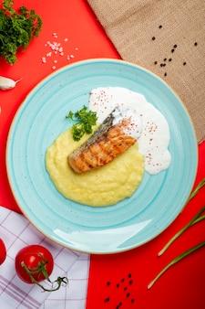 Lachssteak mit kartoffelpüree und sauerrahm