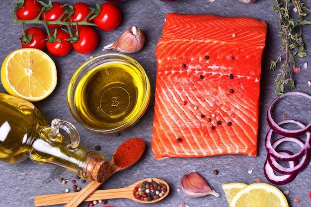 Lachssteak mit natürlichen gewürzen und gemüse Premium Fotos