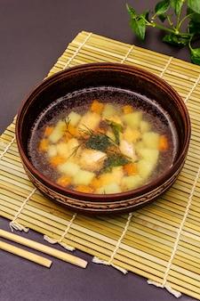 Lachssuppenschüssel mit frischem grün. traditionelles asiatisches warmes gericht