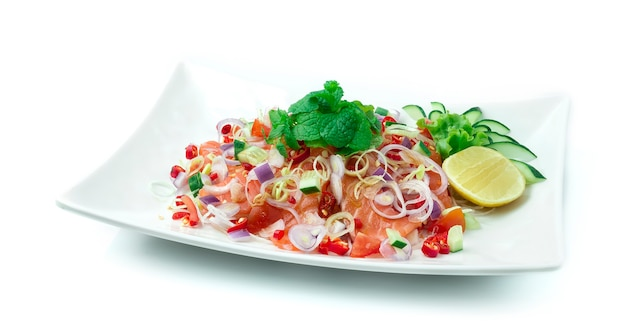 Lachswürziger salat mit thailändischen kräutern