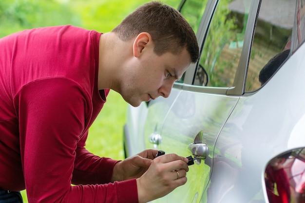 Lackieren des autos mit silberlack pinsel mit silberlack autolackieren
