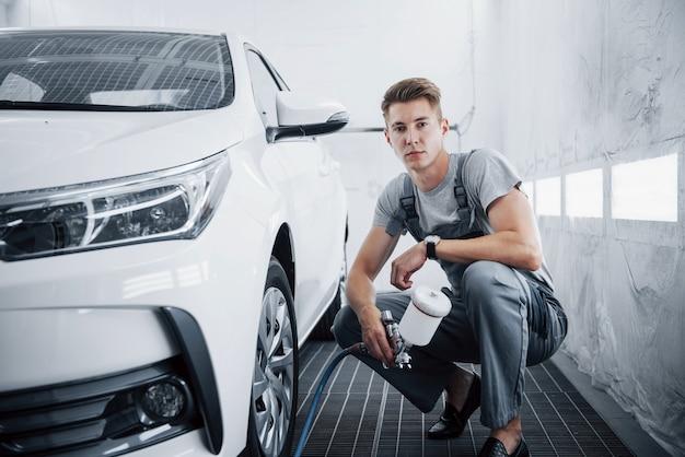Lackiermeister für autolackierung in der automobilindustrie.