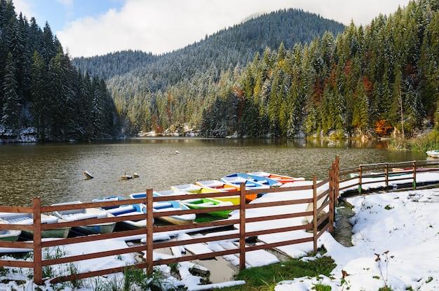 Lacul rosu mit schnee, roter see, rumänien