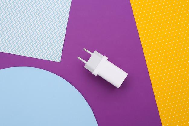 Ladegerät-adapter auf farbigem hintergrund.