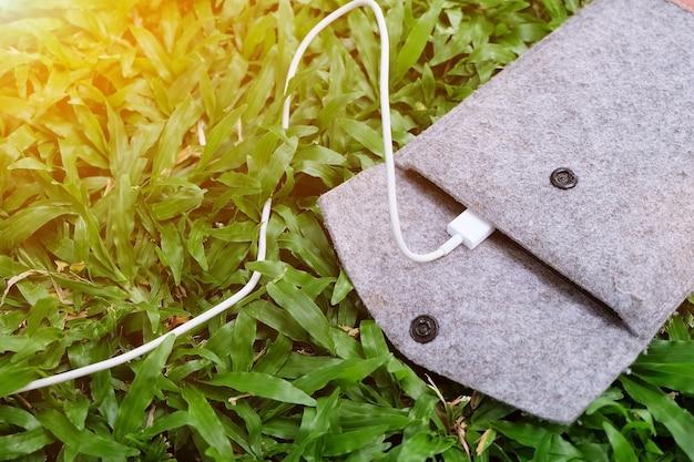 Ladegerät mit energienbank auf grünem gras