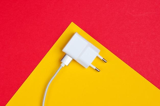 Ladegerät mit kabel auf rot-gelb