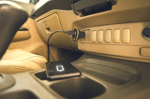 Ladegerät stecker telefon auf dem auto