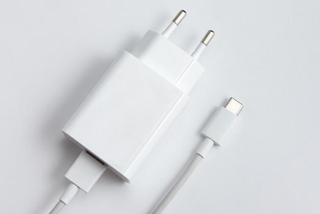 Ladegerät und usb-kabel typ c über weißem hintergrund isoliert