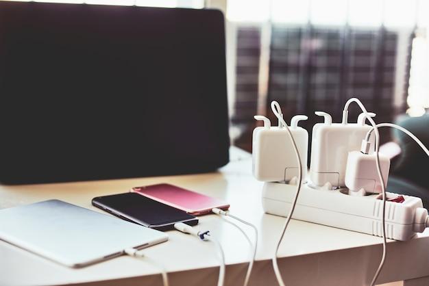 Ladegeräte und laptop in der tabelle