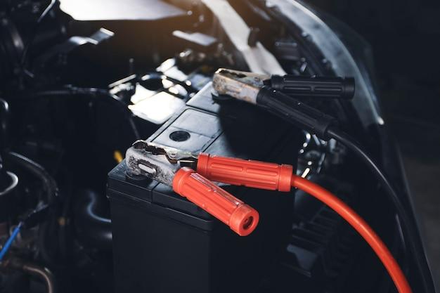 Ladekabel klemmung an die autobatterieakkuaufladung