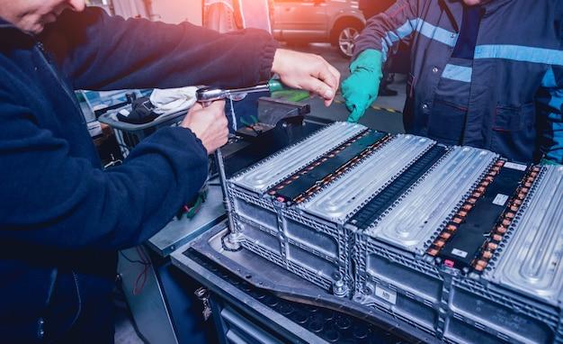 Laden der batterien des elektromotors. batterie zerlegen