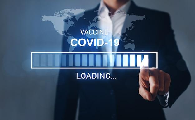 Laden der impfung in den digitalen fortschrittsbalken und die weltkarte. verhinderung der ausbreitung des covid-19-virus