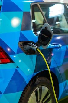 Laden eines elektro- oder hybrid-phev-fahrzeugs mit angeschlossenem netzkabel. ladestation für elektroautos