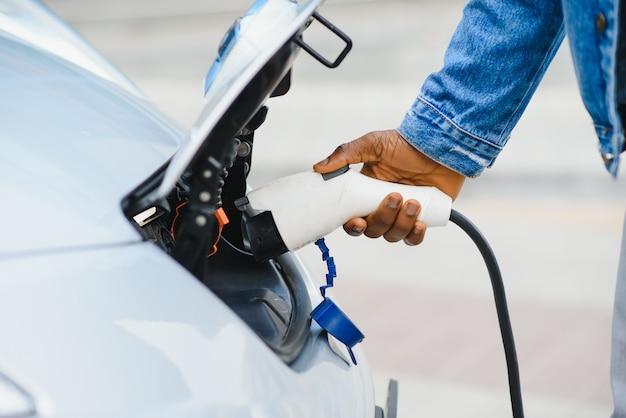 Laden eines elektroautos mit angeschlossenem netzkabel.